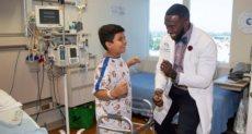 الطبيب مع أحد المرضى