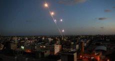 سقوط عدد من الصواريخ على مستوطنات الاحتلال وإصابة إسرائيلى