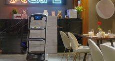 روبوت ينجح فى تجهز الطعام ويقدمه للضيوف