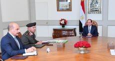 الرئيس السيسي يتلقى مع اللواء كامل الوزير واللواء كامل هلال
