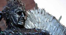 تمثال مصنوع من السكاكين