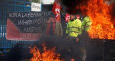 """المحتجون فى فرنسا يشعلون النيران بمستودعات نفط """"ديبوت"""""""