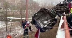 سائق علق في شاحنة على حافة جسر بالصين