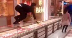 ممثلة صينية  تسرق محل مجوهرات