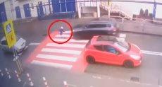 سيارة مسرعة تصطدم بفتاة