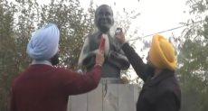مجموعة من الشباب يلطخون وجه تمثال رئيس الوزراء راجيف غاندي