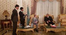 السفير الياباني يتجول بشارع كورنيش النيل فى المنيا