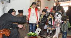 القساوسة يوزعون العيدية علي الأطفال