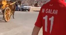 أبن المشجع الإنجليزي فى جولة بالأهرامات