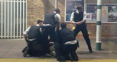 الشرطة البريطانية تسيطر على رجل يحمل ساطور