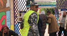 رجال الشرطة يساعدون المرضى فى انتخابات الإعادة بشمال سيناء