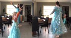 الأب وابنه يرقصان على أغنية فيلم Frozen