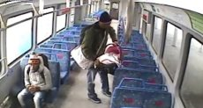 الأب يترك طفله الرضيع داخل القطار
