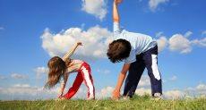 أطفال يمارسون تمارين رياضية