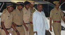 الأسقف فرانكو مولاكال برفقة عناصر من الشرطة الهندية