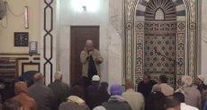 مصلي يلقي قصيدة شعر عقب خطبة الجمعة