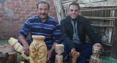 أحمد أحمد محمود ينحت التماثيل الخشب