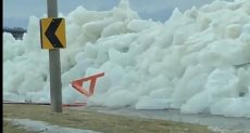 الرياح العاتية تشكل جدار جليد