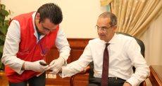 وزير الاتصالات يجري الفحص الطبي