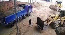 سائق بلدوزر يرفع فتاة بالخلطا