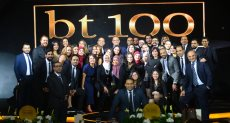 صورة جماعية لفريق عمل احتفالية BT100