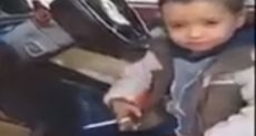 طفل 3سنين يدخن سيجارة