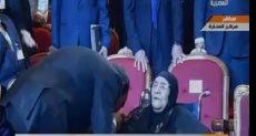 الرئيس يقبل يد والدة شهيدين