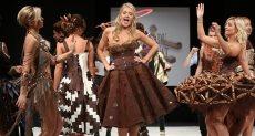 عرض أزياء فساتين مصنوعة من الشوكولاته