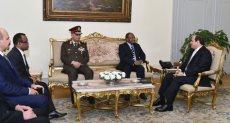 الرئيس عبد الفتاح السيسى وحسين موينى وزير الدفاع والخدمة الوطنية التنزانى
