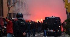جماهير ليون تشعل الألعاب النارية فى برشلونة