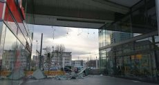 جانب من موقع سقوط سقف مبني علي سائق سيارة بألمانيا