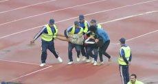 رجال الأمن ينقذون مشجع سقط من المدرجات