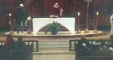 رجل يطعن قساً أثناء قداس