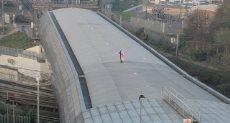 رجل يصعد أعلى محطة قطار بريطانيا