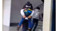 شاب يحمل صديقه