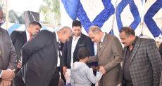 اللواء جمال نور الدين محافظ أسيوط يوزع هدايا على الأطفا