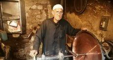 صاحب أقدم ورشة لتصنيع وتلميع النحاس ببنى سويف