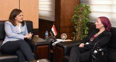 وزيرة التخطيط خلال لقائها مع وزيرة البيئة