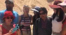 وزيرة السياحة تستمع للسائحين بمعبد الكرنك وتلتقط معهم صور تذكارية