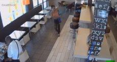 لحظة اختطاف سيدة لطفل داخل مطعم