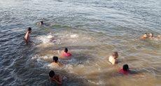 أطفال وشباب يسبحون فى النيل