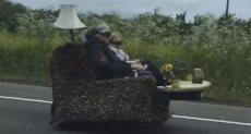 الزوجان على السيارة الأريكة