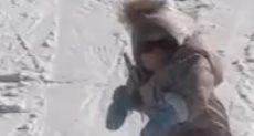 طفلة تتزلج على الجليد