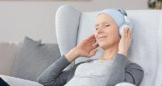 الاستماع إلى الموسيقى يخفف من آلام السرطان