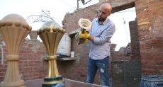 أحمد شاهين مع النسخة المقلدة من كأس الأمم الأفريقية