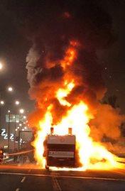 حافلة ريد ستار مشتعلة