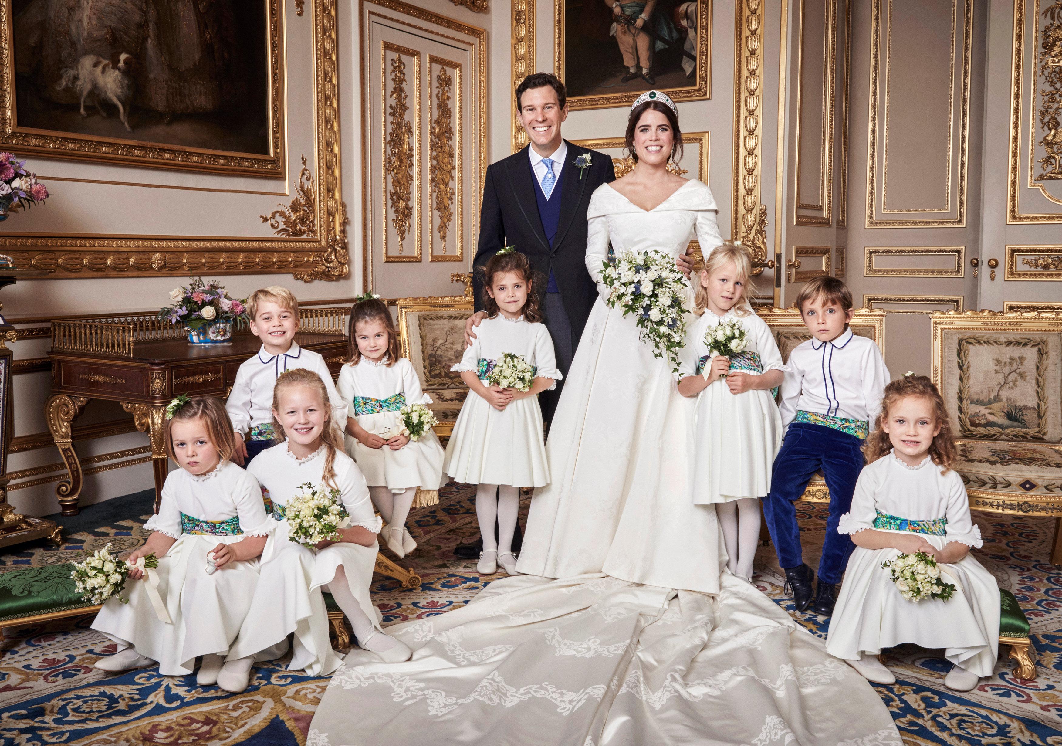 2094576-أطفال-الأسرة-الحاكمة-يلتقطون-صورة-تذكارية-مع-العروسين