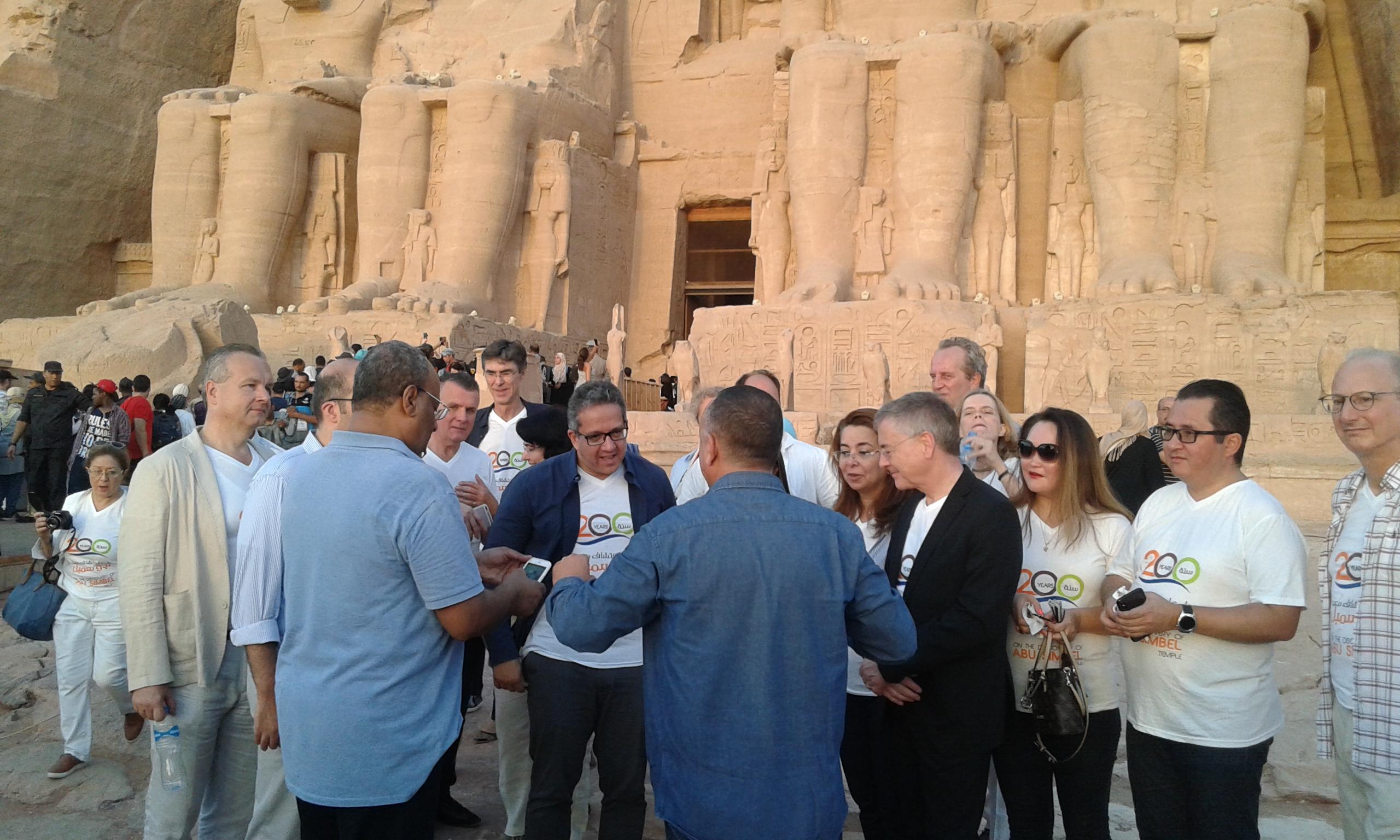 4 وزراء يلتقطون الصور التذكارية مع المشاركين  (6)