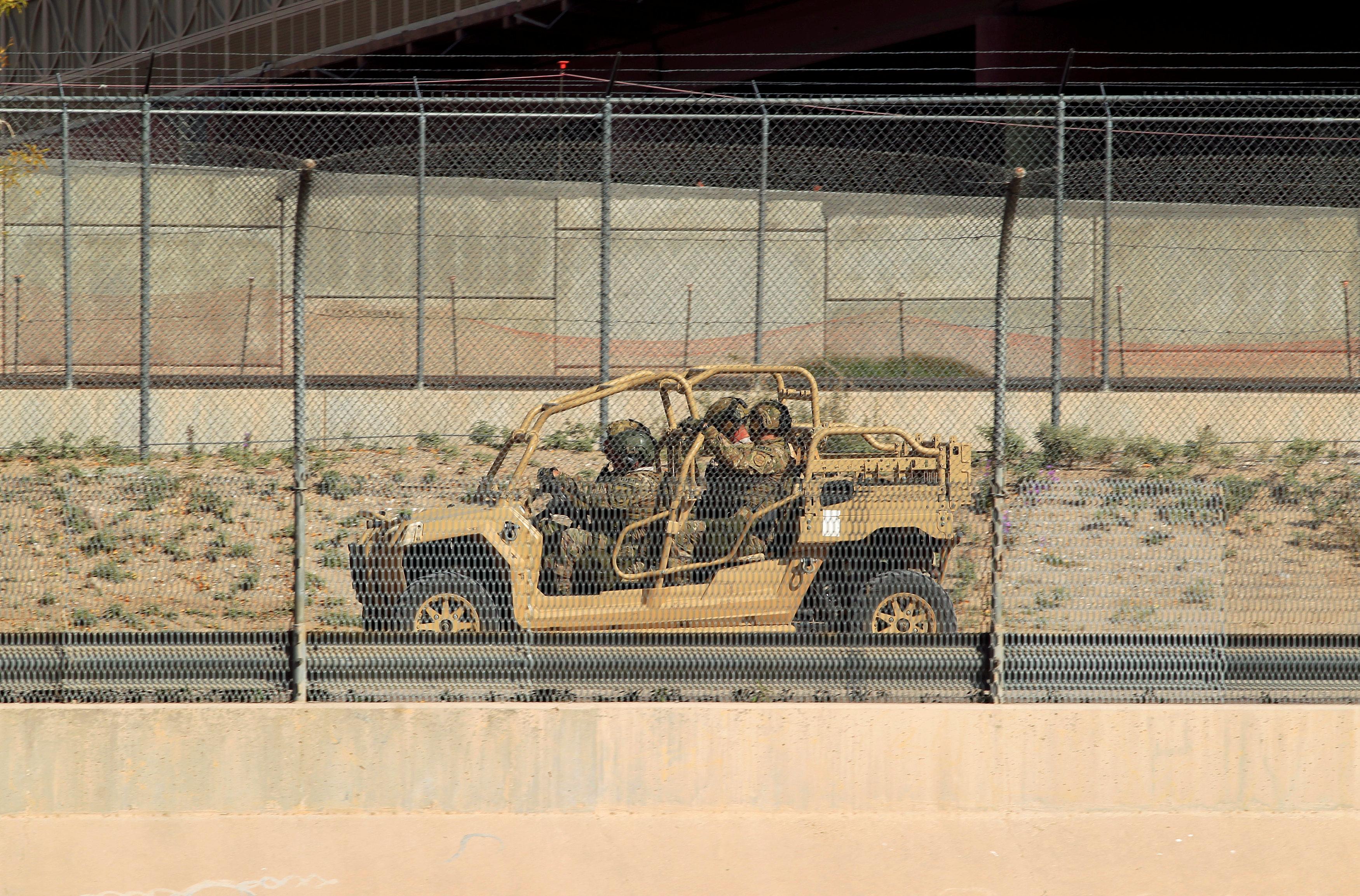 2181240-ناقلة-جنود-على-الحدود-مع-المكسيك