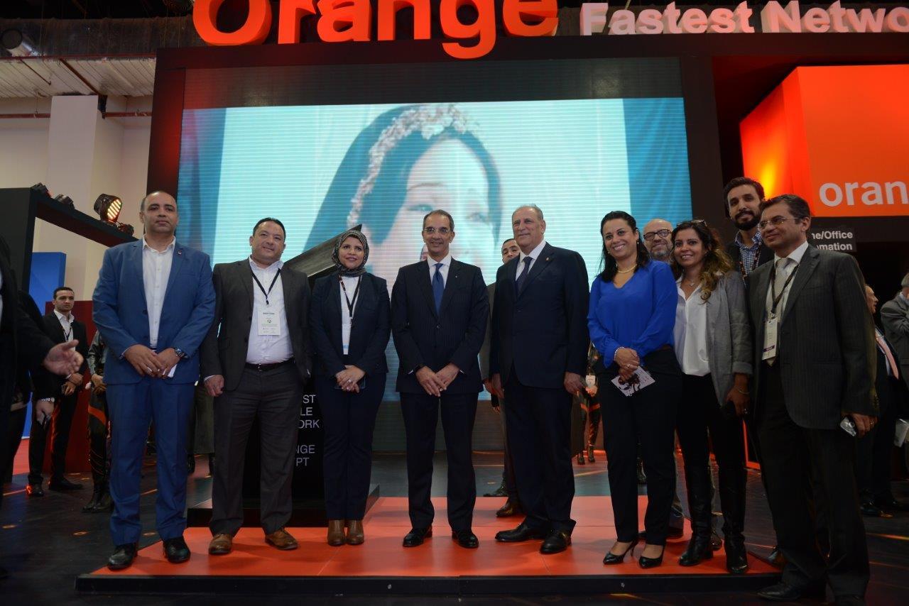 وزير الاتصالات الدكتور عمرو طلعت مع فريق عمل اورنج داخل جناح الشركة بالمعرض